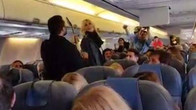 Anglada y Cerezuela cantan su Manzana de caramelo en el avión