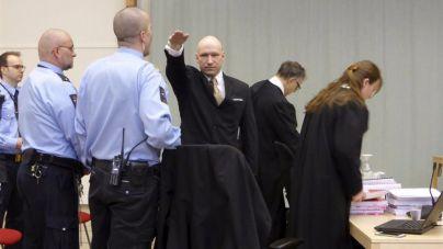 Breivik se presenta ante el tribunal con el saludo nazi