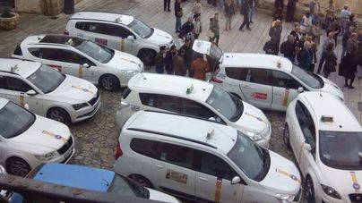 La saturación de taxis vuelve al Mirador de la Seu