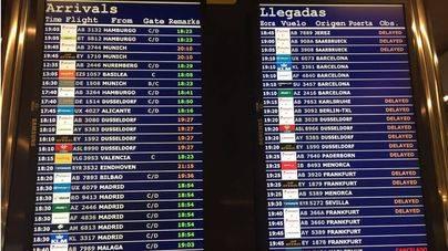 Una de las pantallas del aeropuerto