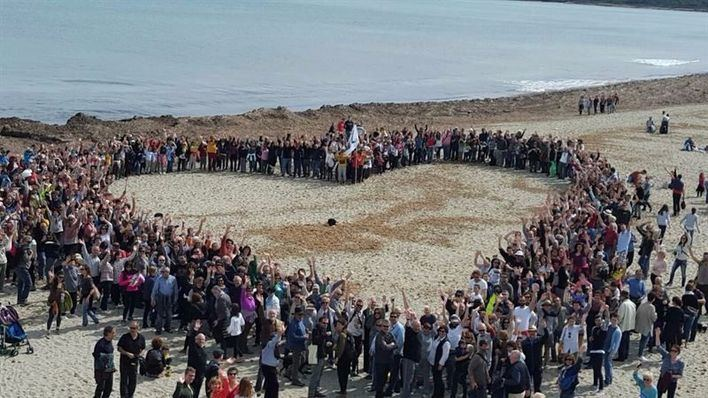 Los asistentes han formado un corazón en la arena