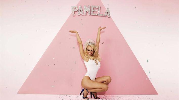 Pamela Anderson arrasa en el mundo de la moda a sus 48 años