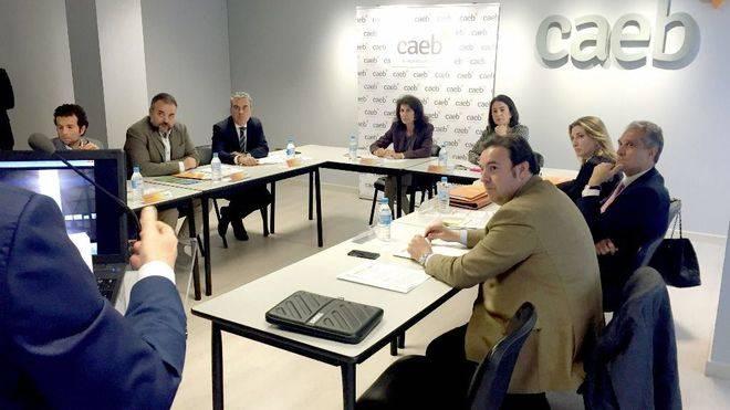 El jurado evalúa a los finalistas de los Premios CAEB-Santander