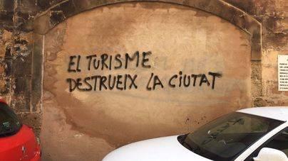 El casco antiguo de Palma se llena de pintadas contra el turismo