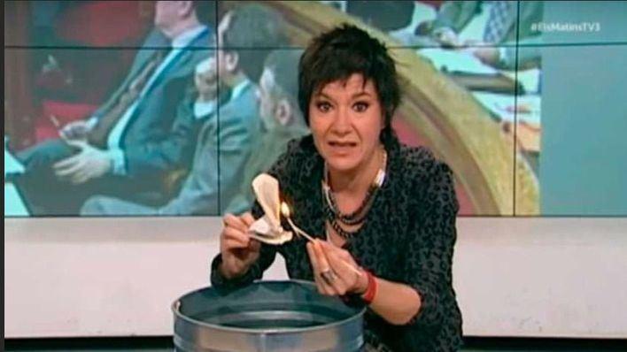 Una periodista de TV3 quema una Constitución española en directo