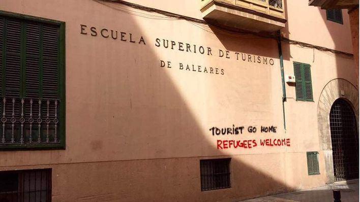 La Policía Local examina su base de datos para localizar al grafitero antituristas