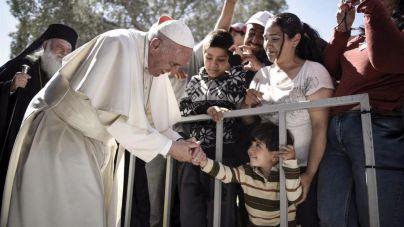 El Papa se lleva a Roma a doce refugiados de Lesbos