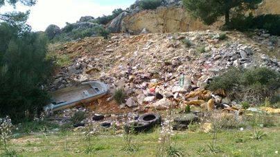 Los escombros campan a sus anchas en un vertedero sin control en Llucmajor
