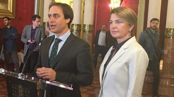 Álvaro Gijón junto a Marga Durán en el Parlament