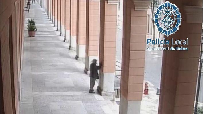 Identificado un anciano de 82 años por grabar sus iniciales en las fachadas de Cort y el Parlament