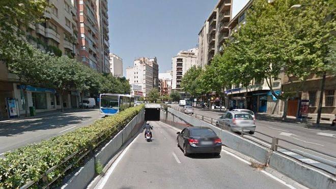 La Policía Local busca a un turismo que ha arrollado a un motorista en el túnel de Bons Aires y ha huido