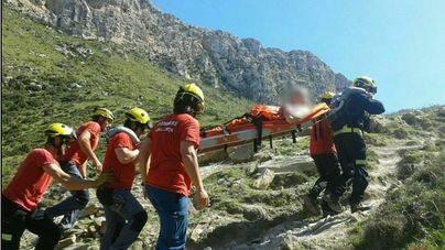Los bomberos rescatan a un turista herido en Cala Bòquer