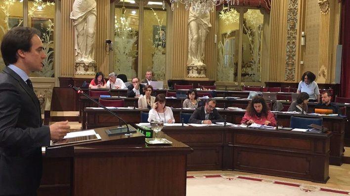 Álvaro Gijón en su intervención parlamentaria