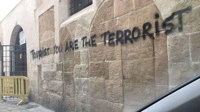 Los turistas continúan viendo mensajes como éste