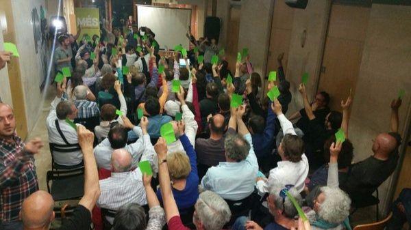 Momento de la votación en la asamblea de Més