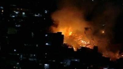Arde una de las mayores favelas del sur de Sao Paulo