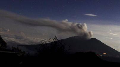 El volcán Turrialba supera las 30 horas de erupción