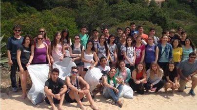 Los jóvenes felanitxers se implican en la limpieza de Cala Mitjana y Portocolom