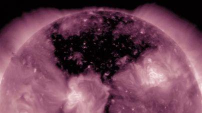 Aparece un agujero gigante en la superficie del Sol