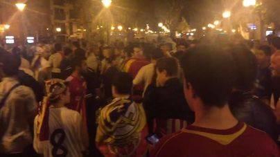 Los aficionados del Real Madrid celebran el triunfo de su equipo