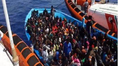 Decenas de inmigrantes en el momento de ser rescatados