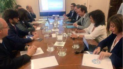 Fomento se compromete a pelear en Bruselas la tarifa plana interislas