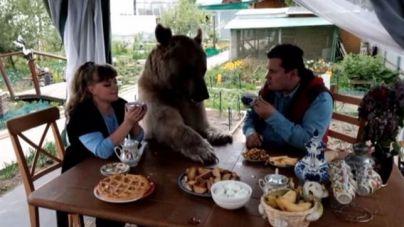 Una familia rusa vive con un oso