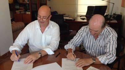 De izquierda a derecha, Bartomeu Bestard y Antonio González Clemente, en el momento de la firma