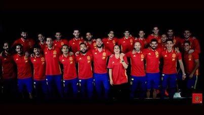 Sergio Ramos y Niña Pastori ponen voz al nuevo himno de La Roja