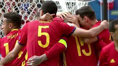 Piqué salva a España