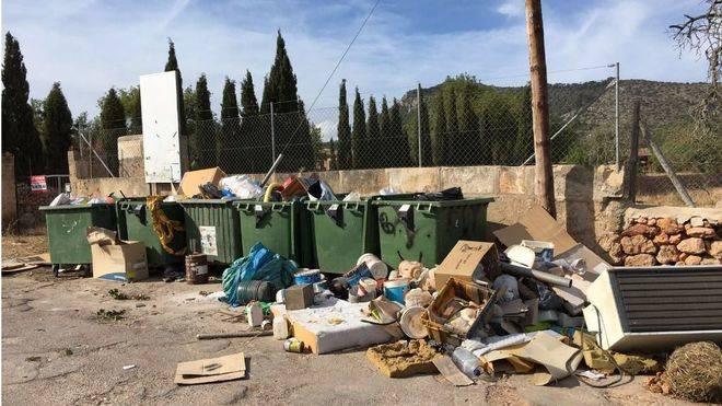 Quejas vecinales por el lamentable estado del punt verd de Llucmajor