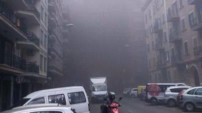 Espectacular columna de humo por un incendio en S' Escorxador