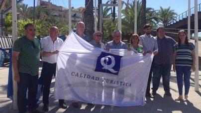 Alcudiamar vuelve a izar la Bandera Azul y la 'Q'