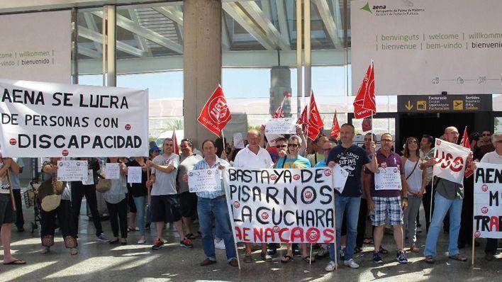 Más de 150 trabajadores de Son Sant Joan protestan por la extrema precariedad laboral