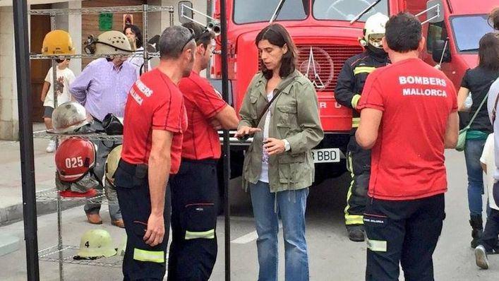 Paola van Gent Torres junto a unos bomberos del Consell de Mallorca