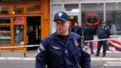 Un hombre mata a tiros a cinco personas y hiere a 20 en una cafetería de Serbia
