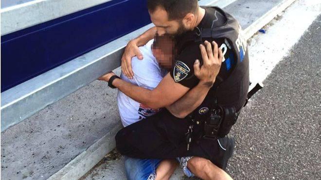 El agente abraza emotivamente al joven
