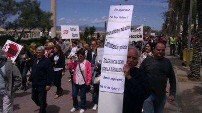 Comerciantes y vecinos de S'Arenal recogen firmas para acabar con la venta ambulante