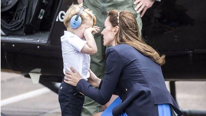 El príncipe George 'la lía' junto a Kate Middelton
