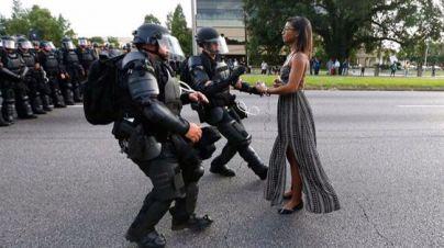 La red viraliza a una mujer negra frente a la policía norteamericana