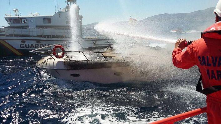 Se hunde la lancha del Club de Mar remolcada a la bahía tras prenderse fuego