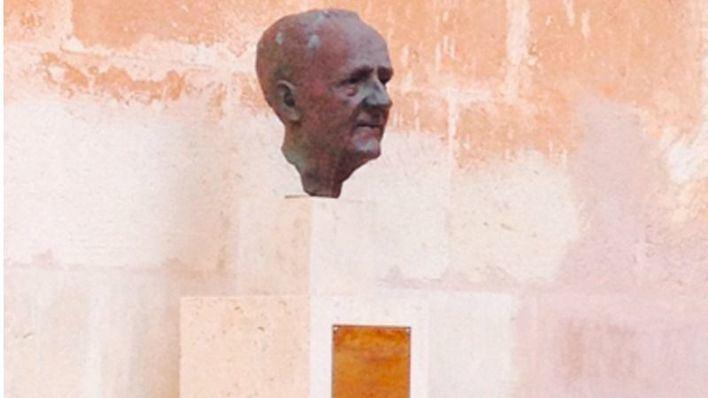 Desaparece un busto de bronce de Borja Moll en Ciutadella