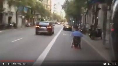Grabado en silla de ruedas adelantando a coches por Barcelona
