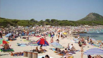 Playas a rebosar, sin que falte la sombrilla