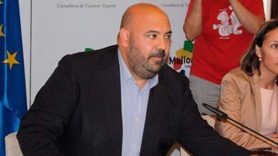 Martínez acude a la sede del PP para afear a Vidal su apoyo a Company