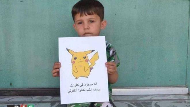 Niños sirios posan con Pokémon para