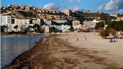 Santa Ponça cierra toda su playa por un vertido de aguas fecales
