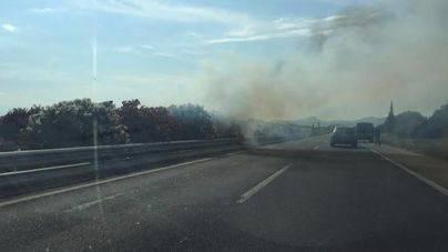 Colas kilométricas en sentido Llucmajor por un incendio en la mediana de la autopista