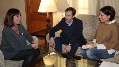 Juan Estarellas con la presidenta del Govern en el Consolat de la Mar