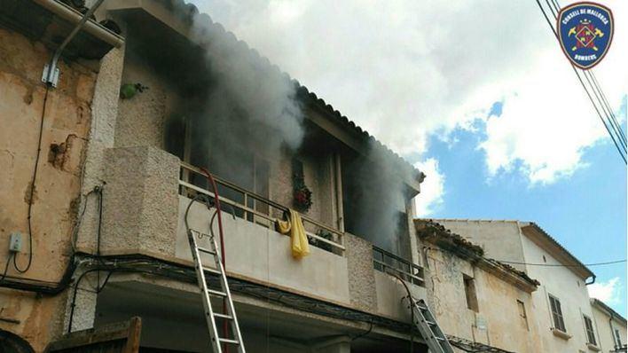 Arde una casa de Muro habitada por una persona con síndrome de Diógenes
